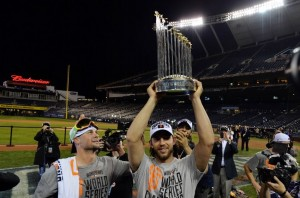 ryan-vogelsong-commissioners-trophy-madison-bumgarner-mlb-world-series-san-francisco-giants-kansas-city-royals-850x560